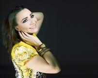Ung nätt caucasian kvinna som kläs som indier i etniska smycken och clothers fotografering för bildbyråer