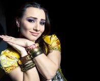Ung nätt caucasian kvinna som kläs som indier i etniska smycken och clothers royaltyfria foton