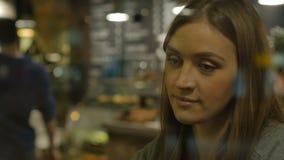 Ung nätt drömlik kvinna lager videofilmer