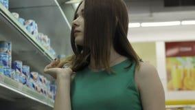 Ung nätt flicka i en galleria, en mat och drinkar stock video