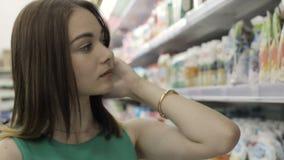 Ung nätt flicka i en galleria, en mat och drinkar lager videofilmer
