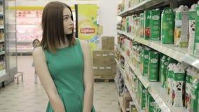 Ung nätt flicka i en galleria, en mat och drinkar arkivfilmer