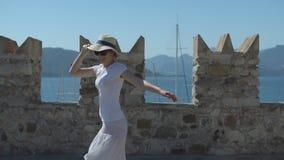 Ung nätt flicka i hattvänd och aktivitet på stenfästningen på solig sommardag stock video