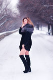 Ung nätt flicka i vinterskog Arkivbild