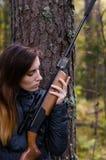 Ung nätt flicka med geväret arkivfoton