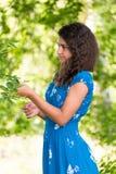 Ung nätt flicka med lockigt hår utomhus Arkivbild