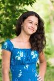 Ung nätt flicka med lockigt hår utomhus Fotografering för Bildbyråer