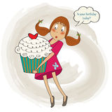 Ung nätt flicka, som bär en stor kaka, födelsedaghälsningkort Arkivfoto
