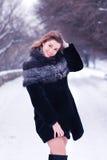 Ung nätt flicka som ler i vinter Royaltyfri Fotografi