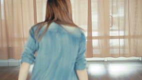 Ung nätt flickadanshöft-flygtur i dansstudio i 4K stock video
