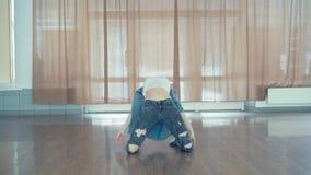 Ung nätt flickadanshöft-flygtur i dansstudio i 4K lager videofilmer