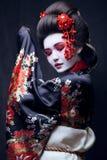 Ung nätt geisha i kimono fotografering för bildbyråer