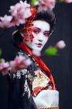 Ung nätt geisha i kimono arkivbild