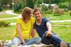 Ung nätt gravid kvinna med den utomhus- unga mannen Royaltyfri Foto