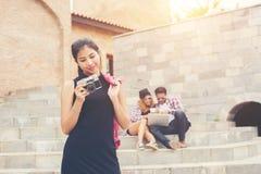 Ung nätt hipstertonåring som står och ler till kameraintelligens arkivbilder