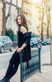 Ung nätt kvinna på gatan Klassisk kläder utformar, den naturliga blicken arkivbild