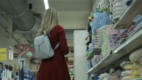Ung nätt kvinna, shopping, galleria arkivfilmer
