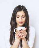 Ung nätt kvinna som dricker kaffe eller te koppla av för flicka Kvinna som dricker kaffe i den hemmastadda livsstilen för morgon Arkivbilder
