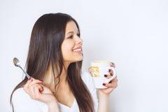 Ung nätt kvinna som dricker kaffe eller te koppla av för flicka Kvinna som dricker kaffe i den hemmastadda livsstilen för morgon Arkivbild