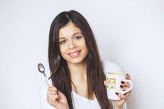 Ung nätt kvinna som dricker kaffe eller te koppla av för flicka Kvinna som dricker kaffe i den hemmastadda livsstilen för morgon Arkivfoton