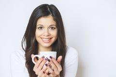 Ung nätt kvinna som dricker kaffe eller te koppla av för flicka Kvinna som dricker kaffe i den hemmastadda livsstilen för morgon Arkivfoto