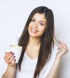 Ung nätt kvinna som dricker kaffe eller te koppla av för flicka Kvinna som dricker kaffe i den hemmastadda livsstilen för morgon Royaltyfria Bilder