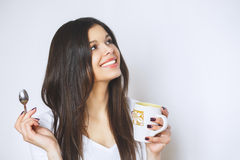 Ung nätt kvinna som dricker kaffe eller te koppla av för flicka Kvinna som dricker kaffe i den hemmastadda livsstilen för morgon Royaltyfri Foto