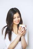 Ung nätt kvinna som dricker kaffe eller te koppla av för flicka Kvinna som dricker kaffe i den hemmastadda livsstilen för morgon Royaltyfria Foton