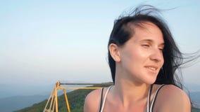Ung nätt kvinna som rider en Ferris Wheel Koppla av sommartidaftonen stock video