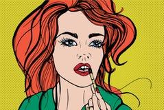 Ung nätt kvinna som sätter dekorativ skönhetsmedel eller läppstift på hennes kanter med borsten Stående av att applicera för rödh royaltyfri illustrationer