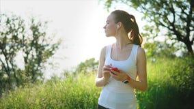 Ung nätt kvinna som tycker om naturen på sommardag lager videofilmer