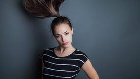 Ung nätt kvinnastående med hästsvansen i rörelsestudioskott Fotografering för Bildbyråer