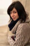 Ung nätt lady med mörkt hår på stranden arkivbild