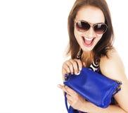 Ung nätt lycklig le brunettkvinna i studion som isoleras på vit bakgrund med den lilla gulliga handväskan, livsstil royaltyfri foto