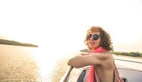 Ung nätt solo kvinnahandelsresande på solnedgången på fartygtur Arkivfoton