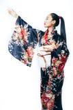 Ung n?tt verklig geisha i kimono med sakura och garnering p? isolerad vit bakgrund royaltyfri foto