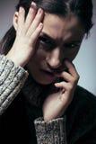 Ung nätt kvinna i problem som skriker i sorgslut upp deprimerad vinter, mörkt sorgsenhetbegrepp Royaltyfri Bild