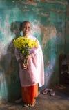 Ung nunna i en kloster i Mandalay royaltyfria foton