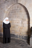 Ung nunna i gammal kyrka Royaltyfri Foto