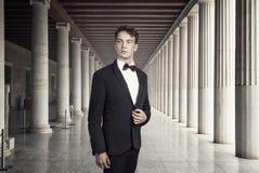 Ung och attraktiv affärsman i en historisk byggnad Royaltyfri Bild