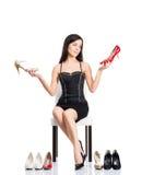 Ung och attraktiv kvinna som väljer skor Royaltyfri Bild
