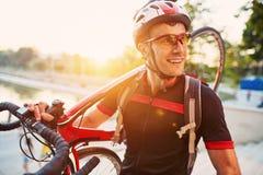 Ung och driftig cyklist i parkera Arkivbild
