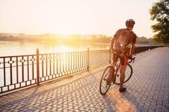 Ung och driftig cyklist i parkera Royaltyfri Fotografi