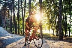 Ung och driftig cyklist i parkera Arkivbilder