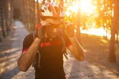 Ung och driftig cyklist i parkera Royaltyfria Foton