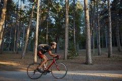 Ung och driftig cyklist i parkera Royaltyfri Bild