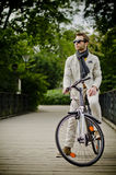 Ung och elegant man med en bicicle arkivbild