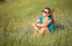 Ung och härlig caucasian flicka med långt hår i solglasögon arkivfoto