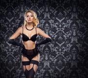 Ung och härlig kabaretdansare i sexig tappningdamunderkläder Arkivfoton