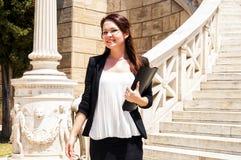 Ung och härlig kvinnaaffärsman royaltyfria foton